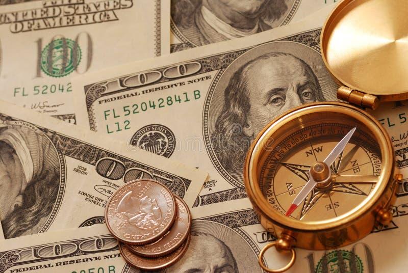 Antiek kompas over geld stock afbeelding