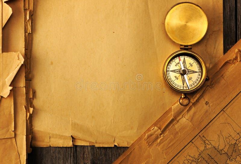 Antiek kompas over oude kaart stock fotografie