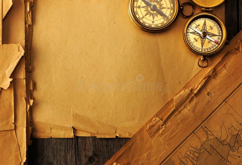 Antiek kompas over oude kaart stock foto
