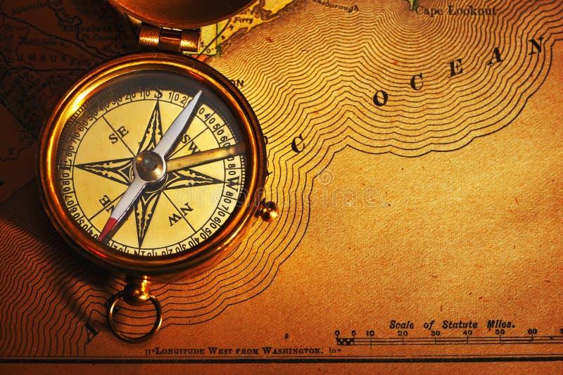 Antiek messingskompas over de oude kaart van de V.S. stock foto
