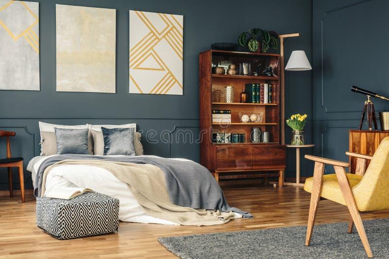 Antiek meubilair in donkere slaapkamer royalty-vrije stock fotografie