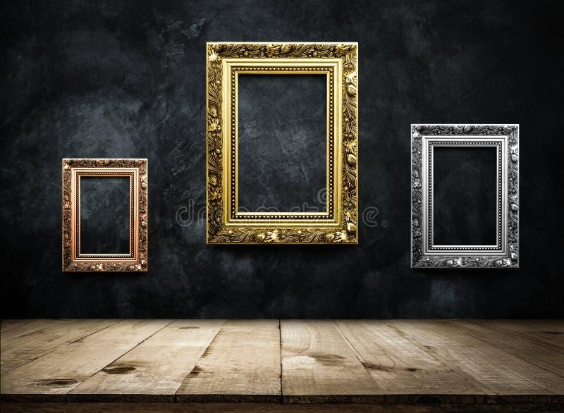 Antiek omlijstingkoper, zilver, goud op donkere grungemuur w stock afbeeldingen