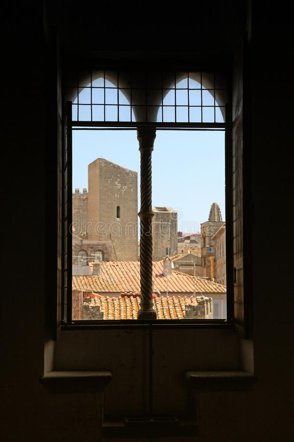Antiek oud venster met mening van dak in middeleeuwse stad, Italië stock foto's