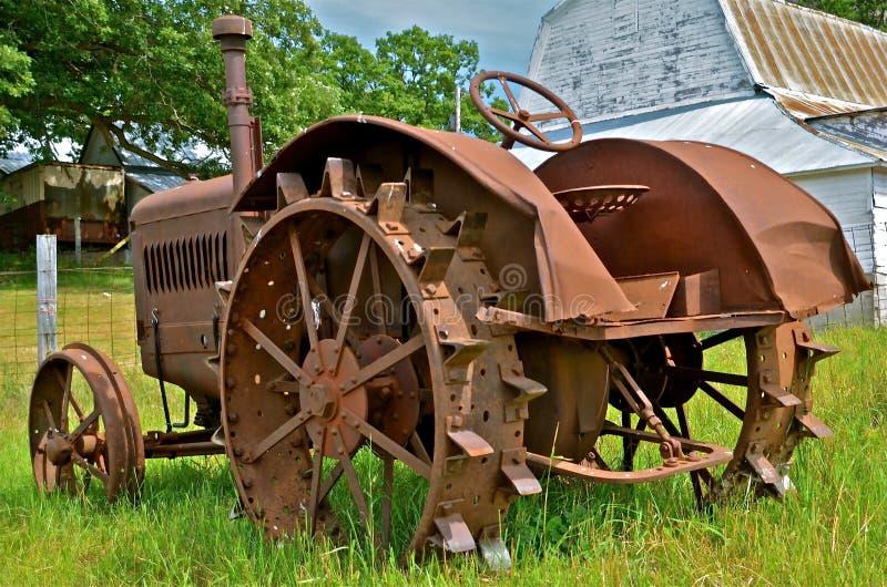 Download Antiek Rusty Tractor Op Gebied Stock Foto - Afbeelding bestaande uit platteland, landelijk: 39107638