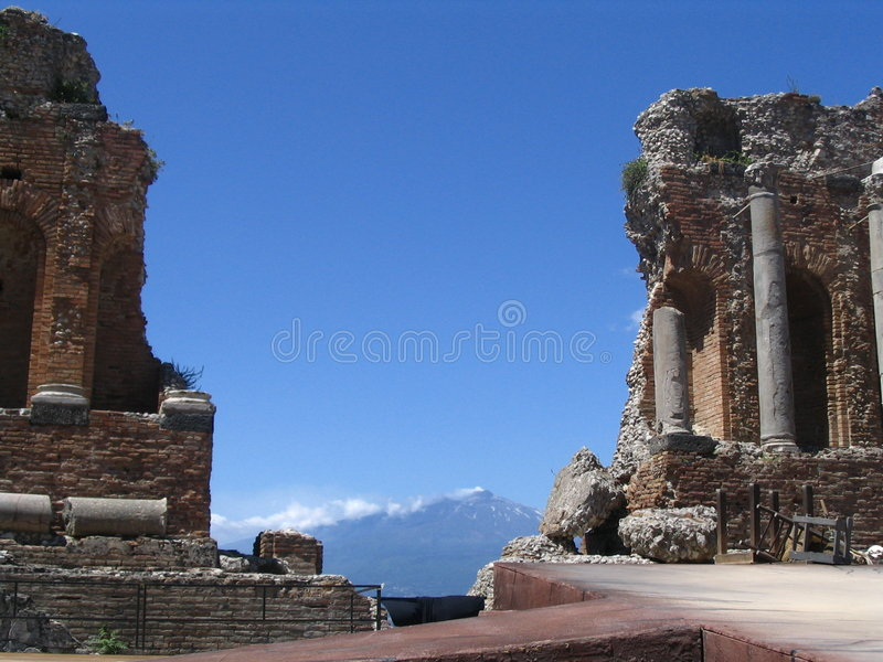 Antiek theater, achter vulcan Etna stock foto