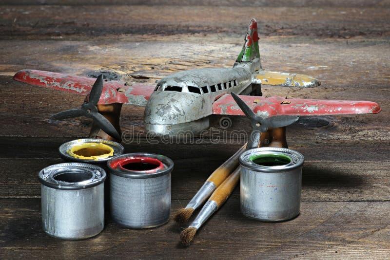 Antiek tinstuk speelgoed vliegtuig stock foto