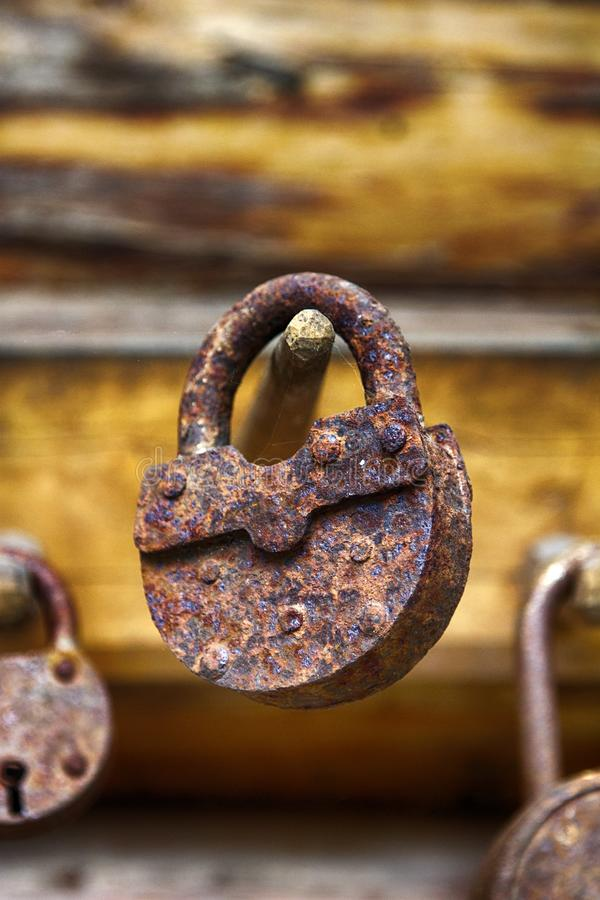 Antiek uitstekend roestig hangslot op houten achtergrond royalty-vrije stock afbeeldingen