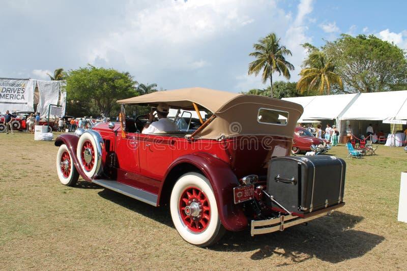 Antieke Amerikaanse gedreven luxeauto stock afbeelding