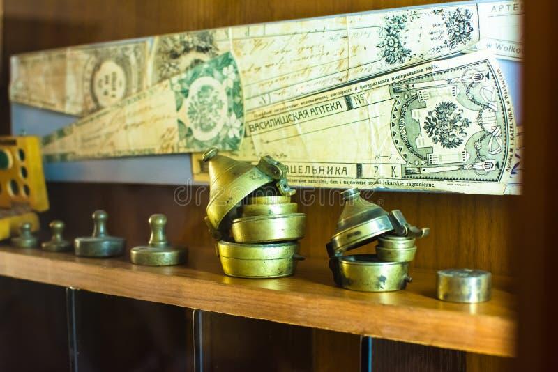 Antieke apothekerschalen en markeringen voor de voorbereiding van een geneesmiddel royalty-vrije stock foto's