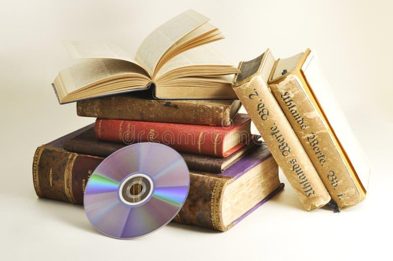 Antieke boeken met CD royalty-vrije stock fotografie