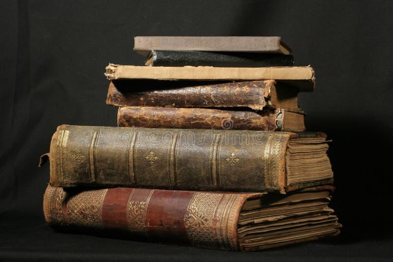 Antieke boeken op zwarte royalty-vrije stock foto's