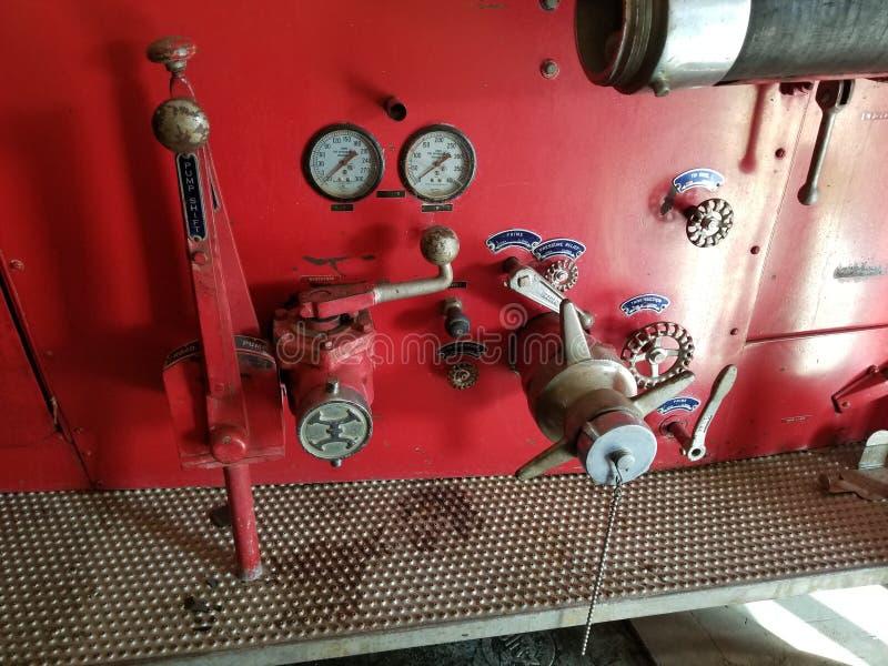 Antieke de pompmaten en kleppen van de brandvrachtwagen stock fotografie