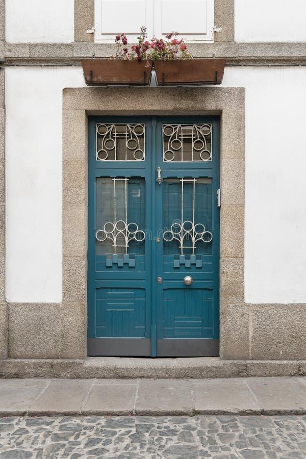 Antieke deur bij bouw van voorgevel de gemaakt van houten smeedijzer en glas Modernist Architectuur stock afbeeldingen