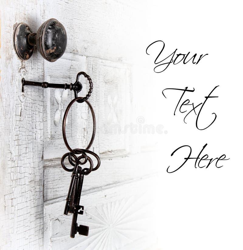 Antieke deur met sleutels in het slot royalty-vrije stock foto