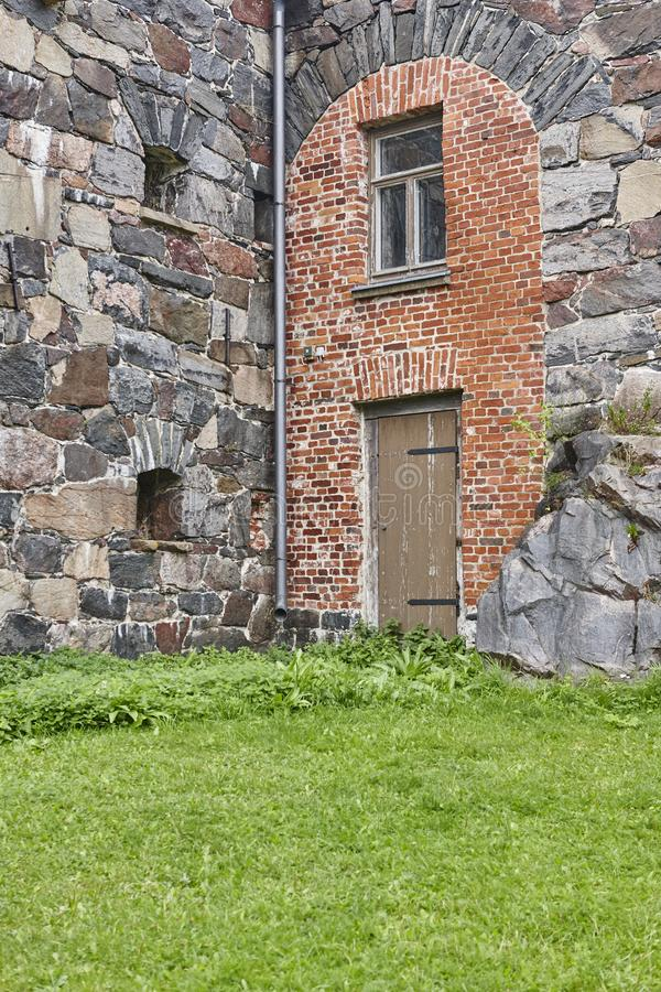 Antieke die fabrieksvoorgevel met bakstenen, stenen wordt gemaakt Suomelinna, Vin royalty-vrije stock foto's