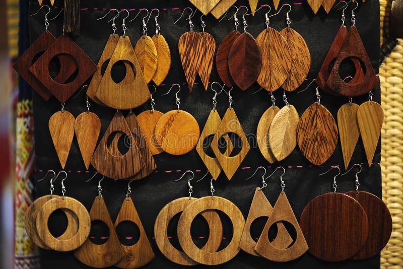 Antieke die oorringen van hout in diverse vormen worden gemaakt royalty-vrije stock foto