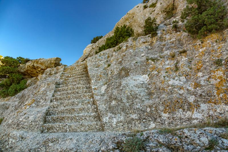 Antieke die treden op rotsen worden gebeeldhouwd royalty-vrije stock foto