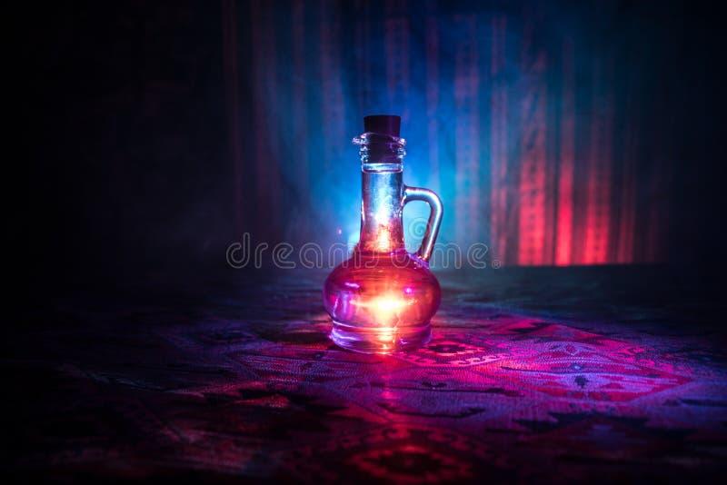 Antieke en uitstekende glasflessen op donkere mistige achtergrond met licht Vergift of magisch vloeibaar concept royalty-vrije stock foto