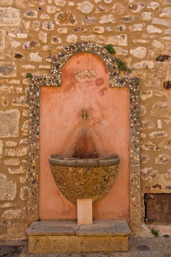 Antieke fontein in Roussillon, de Provence, Frankrijk stock foto