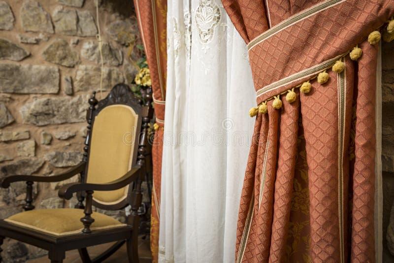 Antieke gordijn en schommelstoel stock fotografie