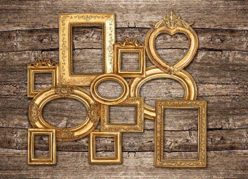 Antieke gouden kader rustieke houten muur royalty-vrije stock afbeeldingen