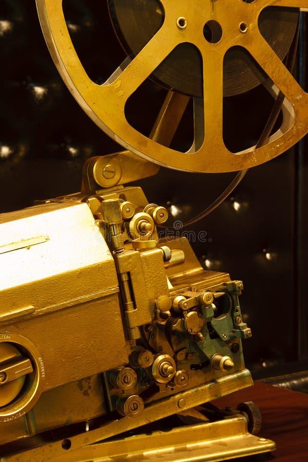 Antieke gouden kleurenprojector met de film stock fotografie