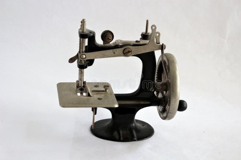Antieke handhandcrank naaimachine royalty-vrije stock foto