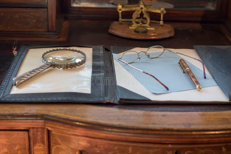Antieke het schrijven bureauoppervlakte Het schrijven van een brief Mededeling Th stock afbeelding
