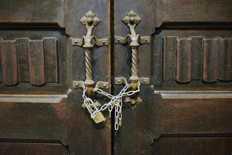 Antieke houten gesneden deur aan de tempel royalty-vrije stock foto