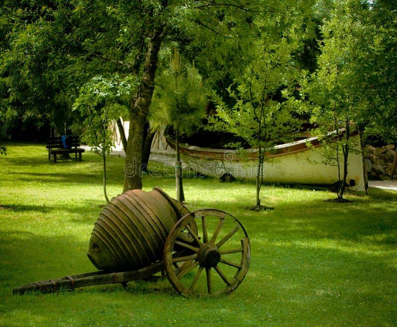 Antieke kar in tuin stock afbeeldingen