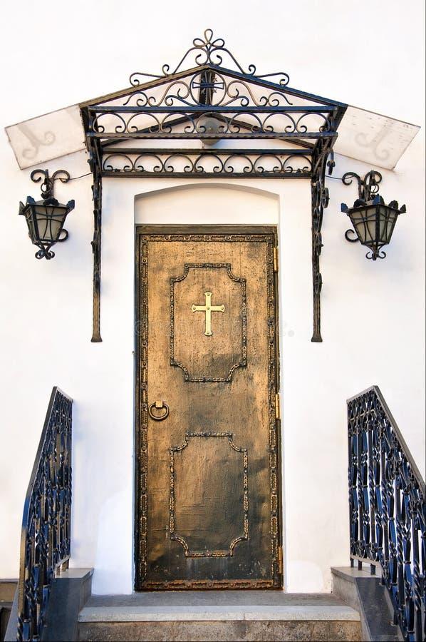 Antieke kerkdeur stock afbeelding