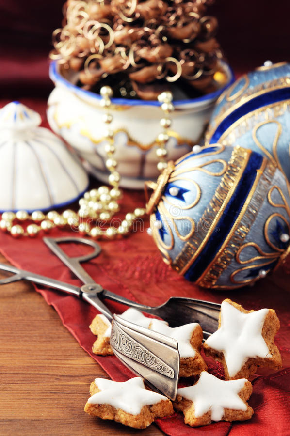 Antieke Kerstmissnuisterijen van Biedermeier-tijd met koekjes en o royalty-vrije stock fotografie
