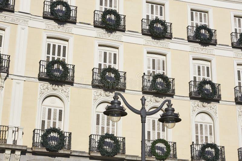 Antieke klassieke de bouwvoorgevel in de stadscentrum van Madrid spanje stock fotografie