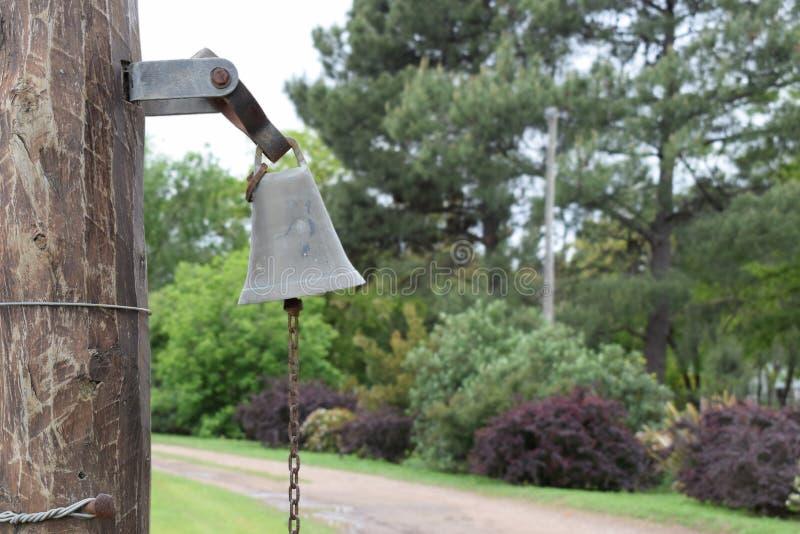Antieke klok bij de ingang aan de boerderij dichtbij de wegen royalty-vrije stock foto's