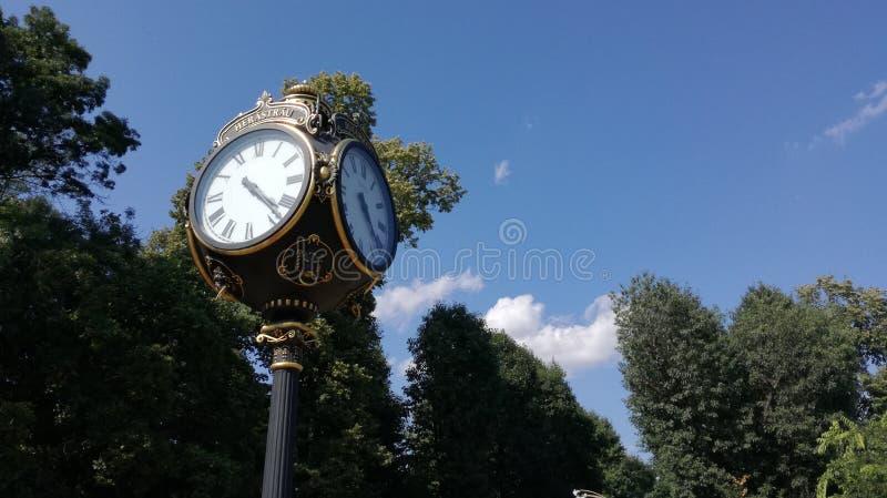 Antieke klok in Boekarest stock afbeelding