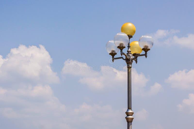Antieke lamp postelektriciteit op blauwe hemel. royalty-vrije stock fotografie
