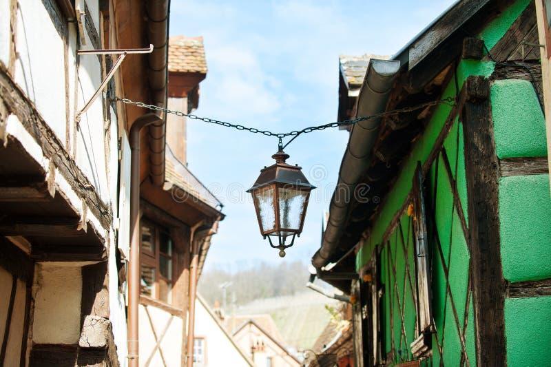 Antieke lantaarn op straat van het oude stad hangen op een ketting royalty-vrije stock afbeelding