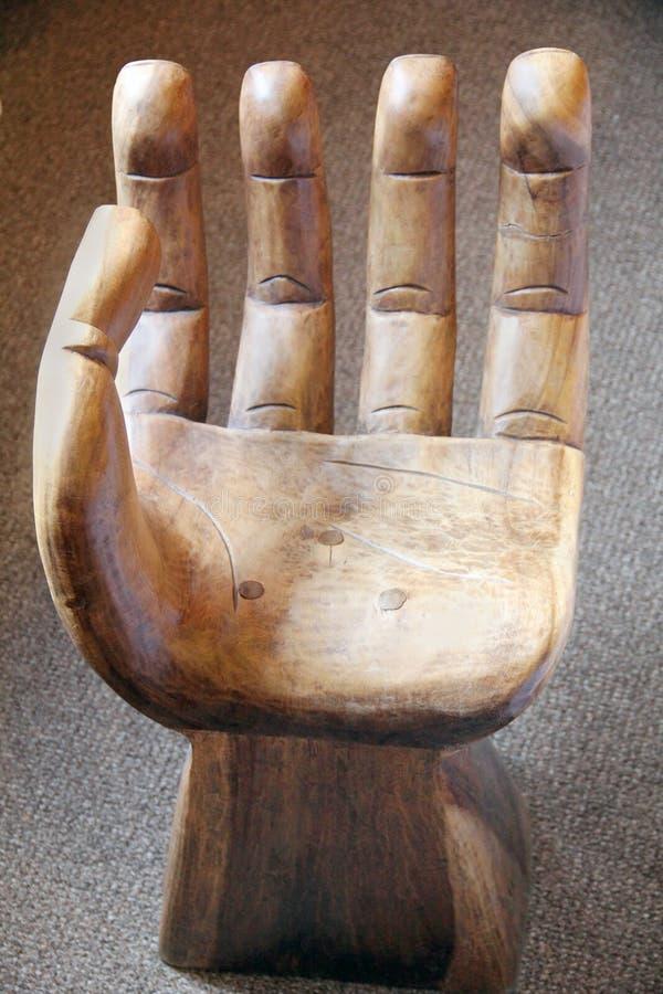 Antieke met de hand gemaakte houten leunstoel in de vorm van een menselijke hand royalty-vrije stock afbeelding