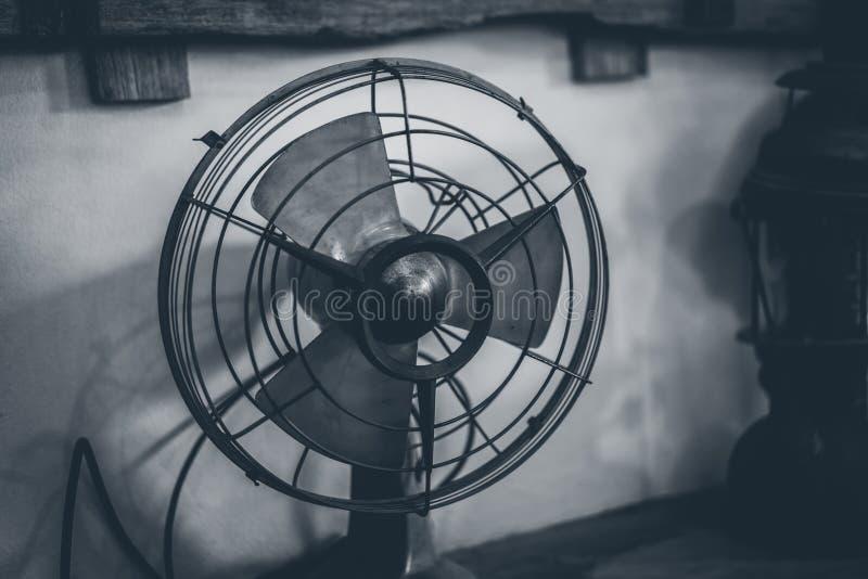 Antieke Metaalventilator op Lijst stock fotografie