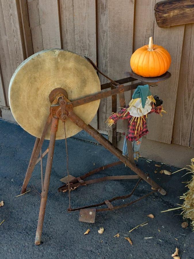 Antieke Molen Wheel in Oogsttijd stock afbeeldingen