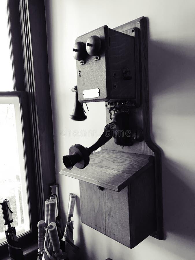 Antieke muurtelefoon stock fotografie