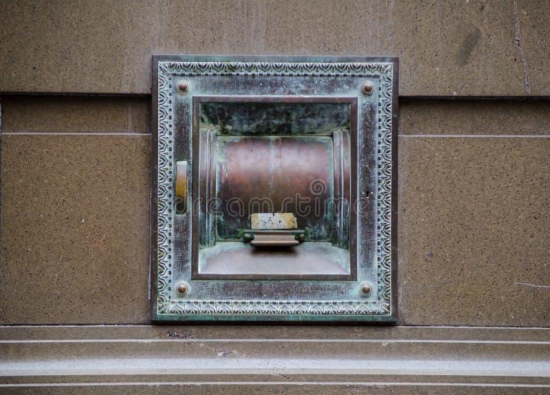Antieke Nacht veilige opslagruimte op muurbank royalty-vrije stock foto