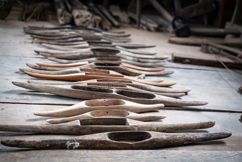 Antieke oude houten pendels voor wevend traditioneel Weefgetouw stock afbeelding