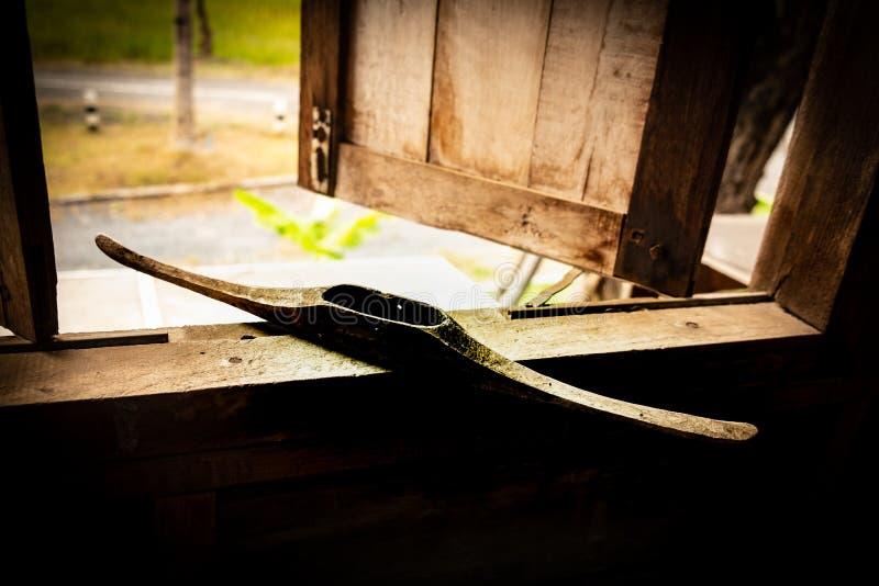 Antieke oude houten pendels voor wevend traditioneel Weefgetouw stock afbeeldingen