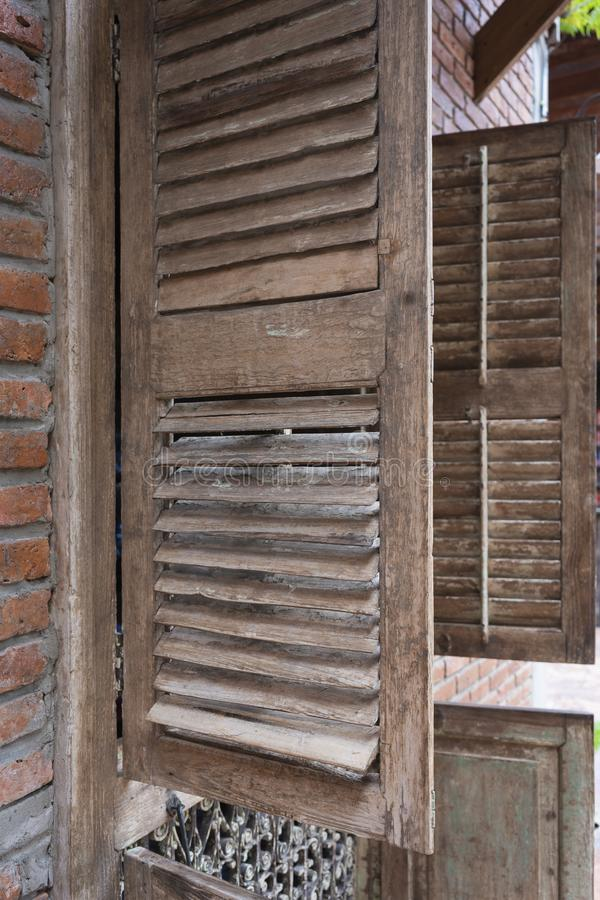 Antieke oude houten venster uitstekende retro stijl met bakstenen muur royalty-vrije stock foto