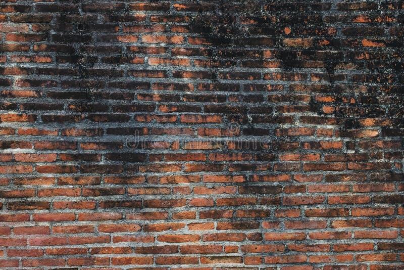 Antieke Oude Oude Vuile Rode Bakstenen muur op de Stedelijke Straat stock afbeeldingen