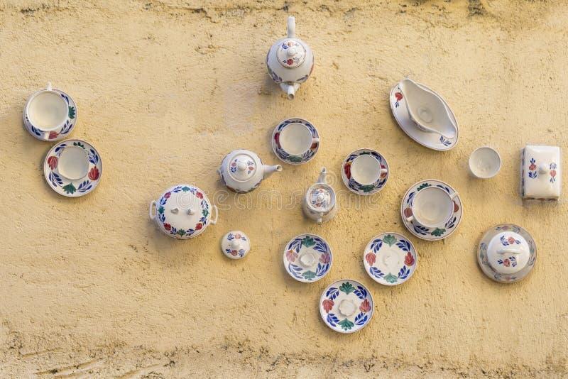 Antieke porseleintheepotten aan de muur royalty-vrije stock afbeelding