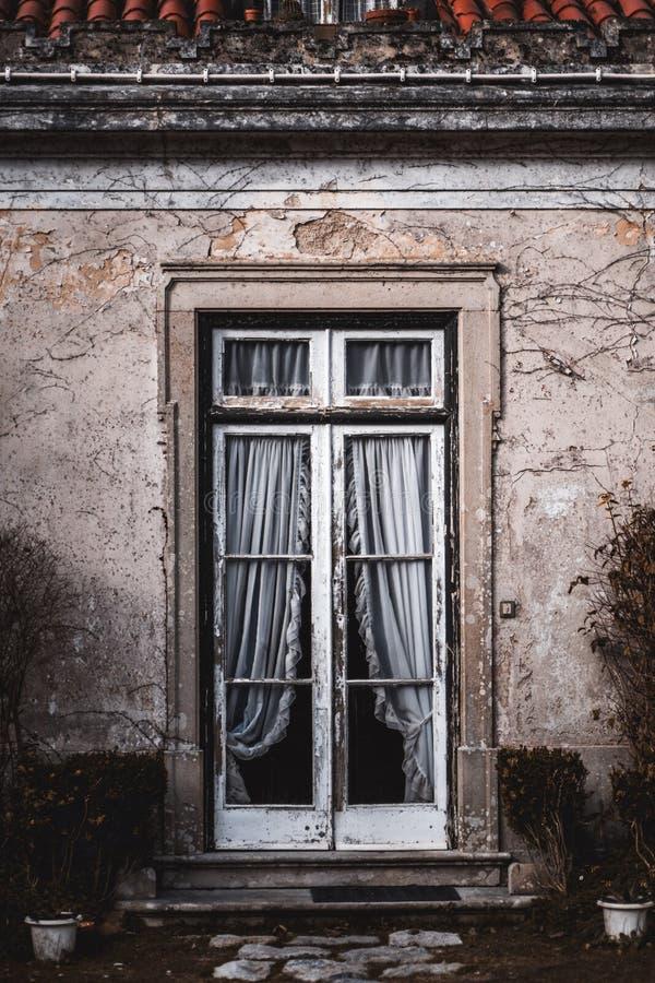 Antieke portiek met transparante deur royalty-vrije stock foto