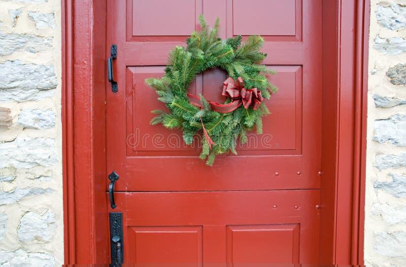 Antieke rode deur met kroon stock foto