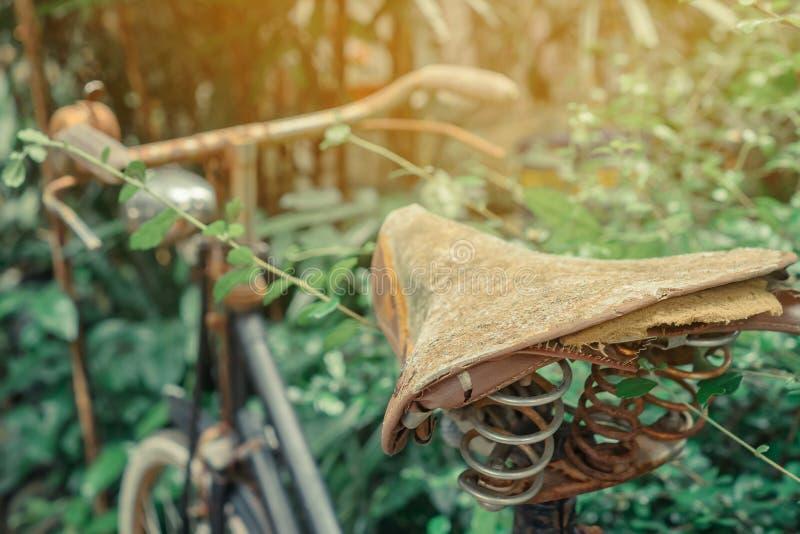 Antieke roestige die fiets voor decoratie in tuin wordt geparkeerd royalty-vrije stock foto